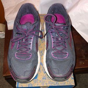 Brooks Dyad 9 Running Shoe size 8 Women extra wide